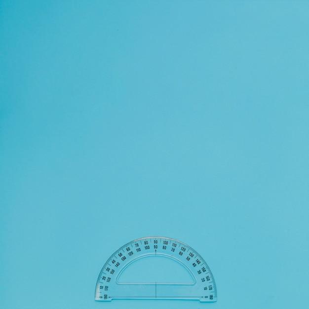 Outil de mesure sur fond bleu Photo gratuit