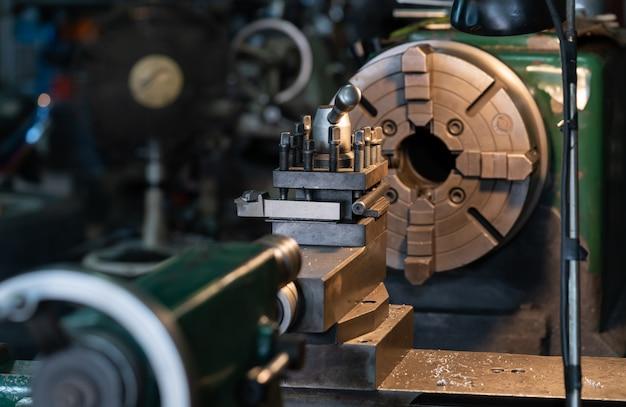 Outil qui fait tourner la pièce autour d'un axe de rotation pour effectuer diverses opérations telles que Photo Premium