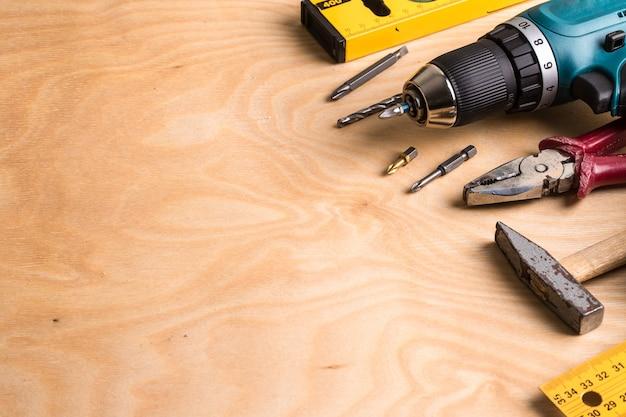 Outillage de construction sur planche de bois Photo Premium