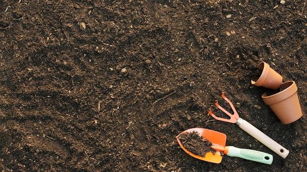 Outils agricoles sur le sol Photo gratuit
