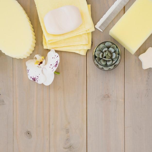 Outils de bain sur un bureau en bois Photo gratuit
