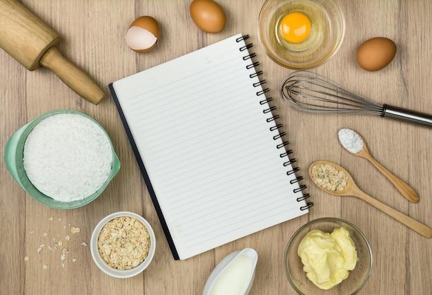 Outils De Boulangerie Et Cahier Sur Bois Photo Premium