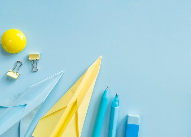 Outils de bureau sur une surface bleue Photo gratuit
