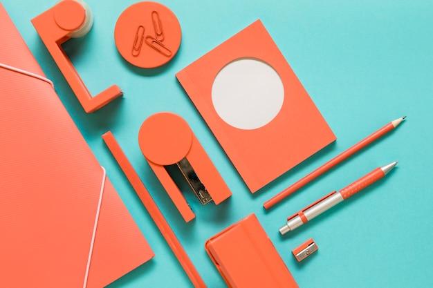 Outils de bureau sur une surface colorée Photo gratuit