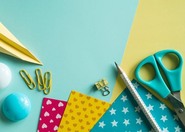 Outils de bureau sur une surface multicolore Photo gratuit