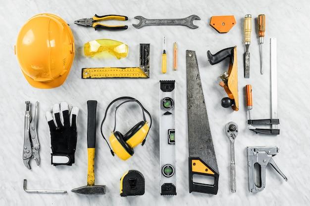 Outils de construction sur un fond blanc. une collection d'outils de construction. construction, réparation. Photo Premium