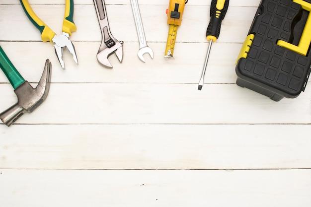 Outils de construction sur fond de bois. Photo Premium
