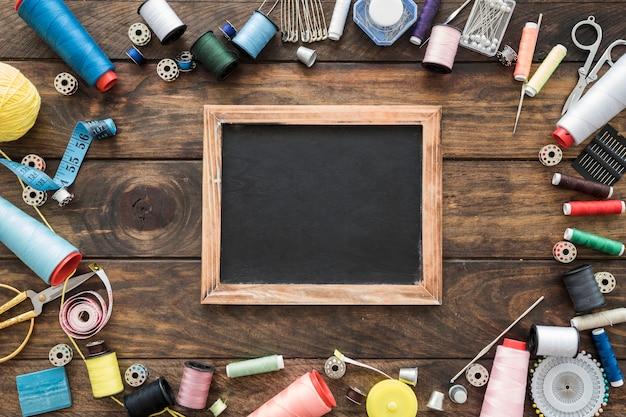 Outils de couture autour du tableau Photo gratuit