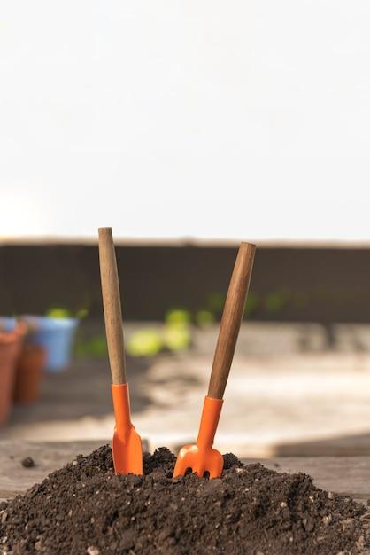 Outils dans le sol Photo gratuit