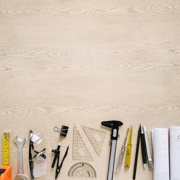 Outils de dessin et de construction près des plans Photo gratuit