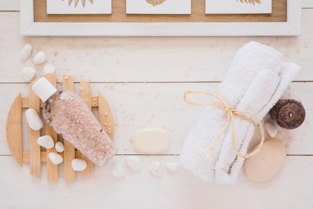 Outils de douche posés sur une table en bois Photo gratuit