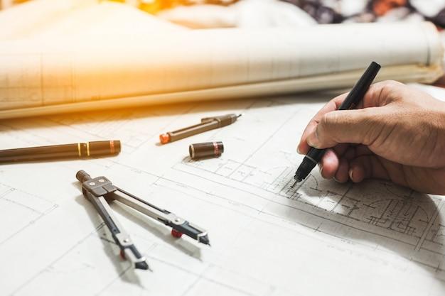 Outils d'ingénierie et de dessin sur la table Photo Premium