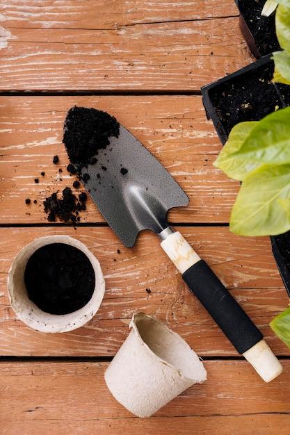 Outils de jardinage et pots de fleurs Photo gratuit