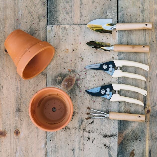 Outils de jardinage près des pots Photo gratuit
