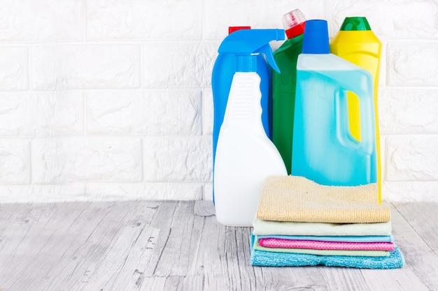 Outils de nettoyage - liquide, pâte, gel dans des récipients en plastique. pinceau, éponge, serviette en microfibre Photo Premium