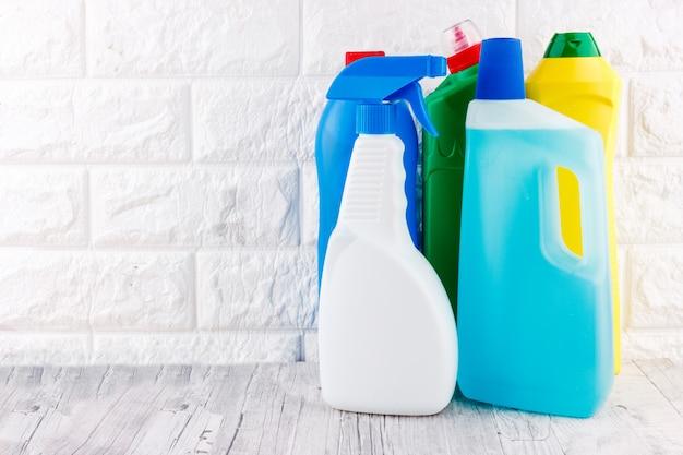 Outils de nettoyage - liquide, pâte, gel dans des récipients en plastique. Photo Premium