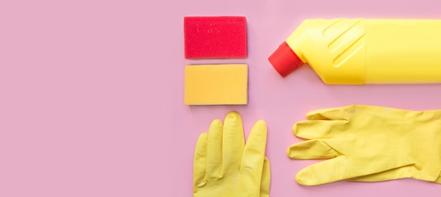 Outils de nettoyage. matériel de nettoyage en couleurs jaune et rouge. Photo Premium