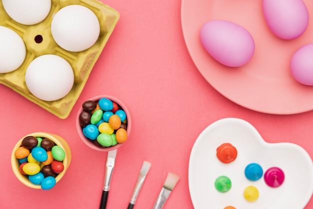 Outils Pour Peindre Des œufs Sur La Table Photo gratuit