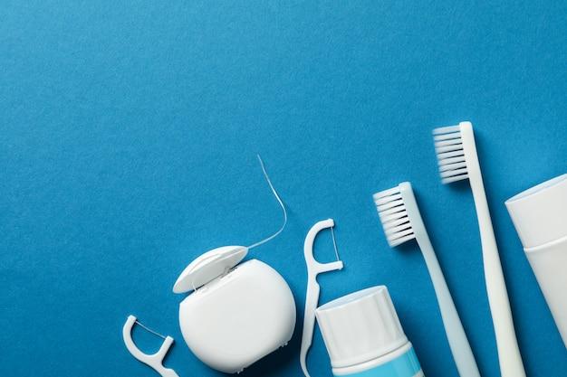 Outils Pour Soins Dentaires Sur Surface Bleue Photo Premium