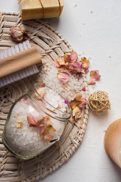 Outils et produits de récurage de spa à angle élevé Photo gratuit