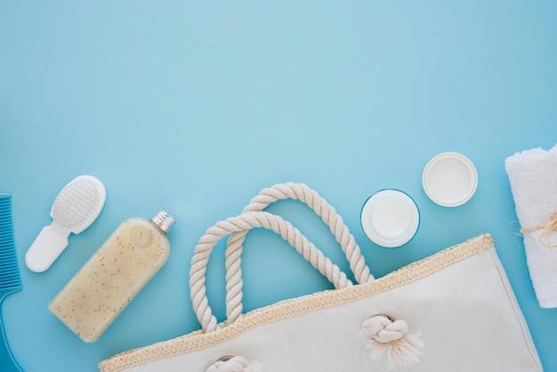 Outils de soin de la peau sur fond bleu Photo gratuit