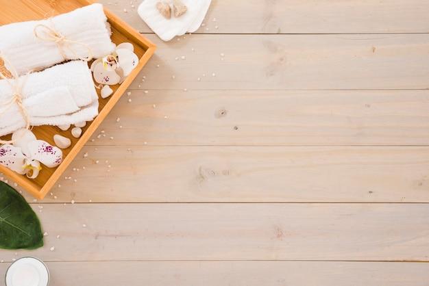Outils de spa placés sur une table en bois Photo gratuit