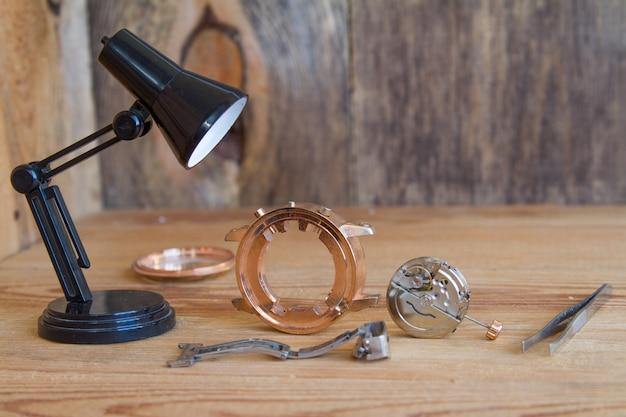 Outils spéciaux pour la réparation des horloges. Photo Premium