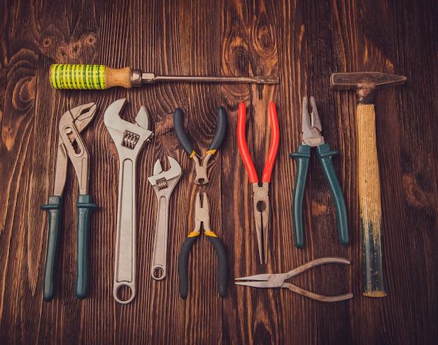 Outils de travail assortis sur bois Photo Premium