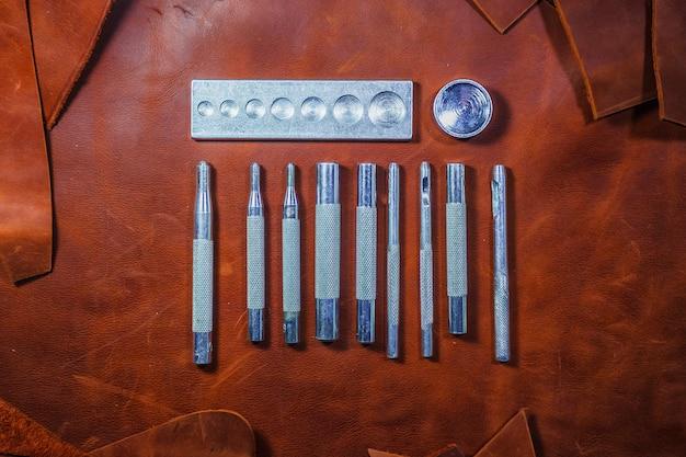 Outils de travail du cuir. ensemble d'outils de maroquinerie. Photo Premium