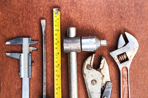 Outils de travail sur fond de table en bois. vue de dessus Photo Premium
