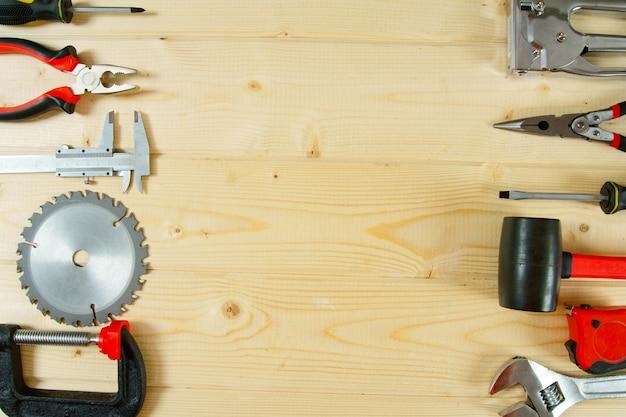 Outils De Travail. De Nombreux Outils De Travail Sur Un Fond En Bois. Photo Premium