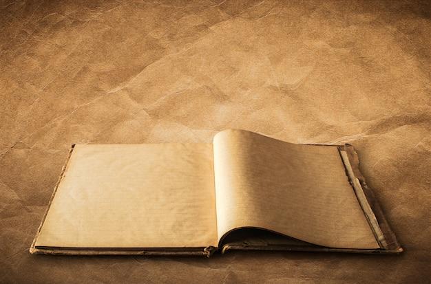 Ouvert vieux livre, cahier sur vieux fond de papier avec un tracé de détourage facile pour dicut. Photo Premium