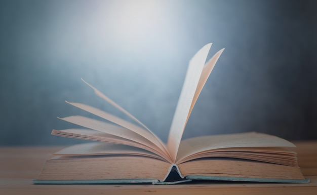 Ouverture Du Livre Sur La Table éducation Et Concept D'apprentissage Photo Premium