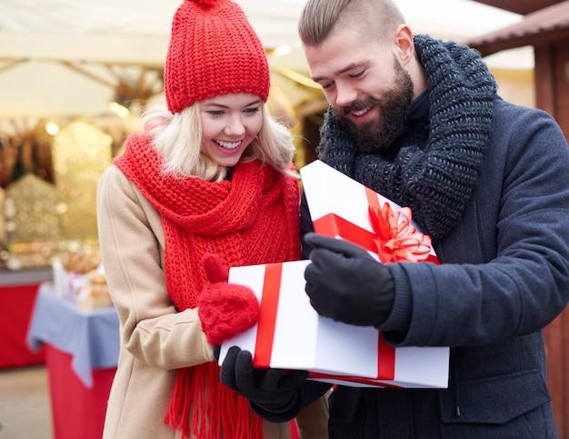 Ouverture Grand Cadeau Sur Le Marché De Noël Photo gratuit