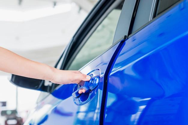 Ouverture de la porte de la voiture Photo gratuit