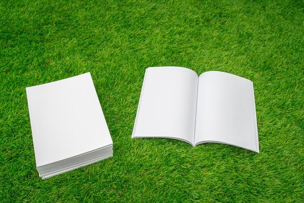 Ouvrez ordinateur portable et une pile de papiers Photo gratuit
