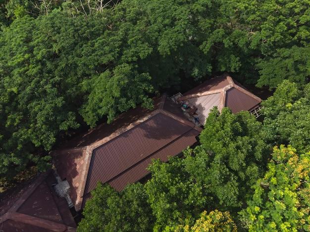 Ouvrier asiatique, fixation, toit bâtiment Photo Premium
