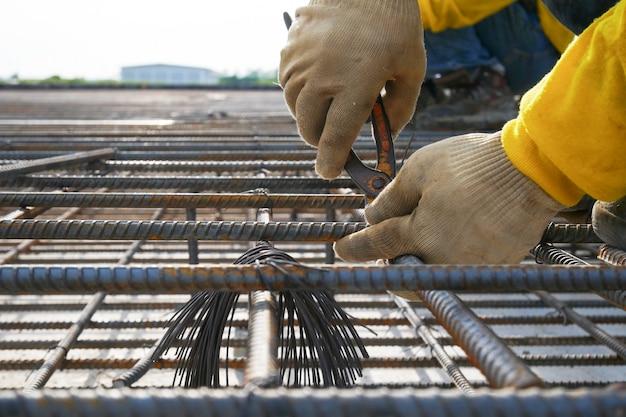 Ouvrier sur un chantier de construction Photo Premium
