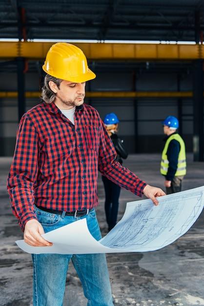 Ouvrier construction, vérification, bleus Photo Premium