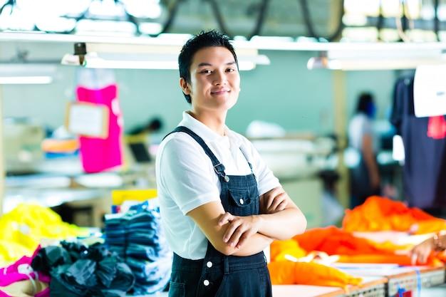 Ouvrier dans une fabrique de vêtements chinoise Photo Premium