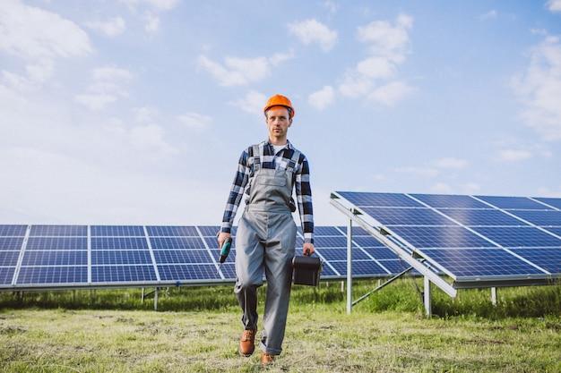 Ouvrier dans le feu près des panneaux solaires Photo gratuit