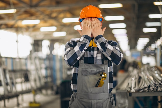 Ouvrier dans une usine Photo gratuit