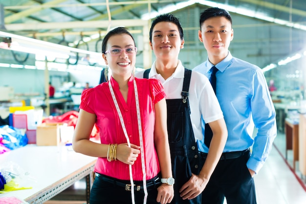 Ouvrier, gérant et designer dans une usine chinoise Photo Premium