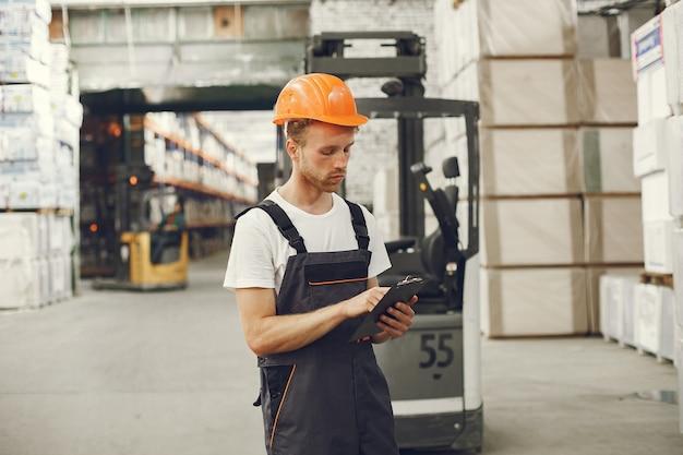 Ouvrier Industriel à L'intérieur En Usine. Jeune Technicien Avec Casque Orange. Photo gratuit