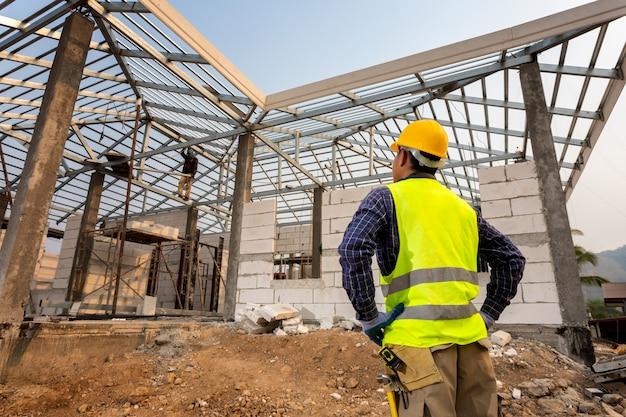 Ouvrier Ingénieur En Construction, Ingénieur Civil Vérifiant Les Travaux Sur Le Chantier, Concept De Construction De Maison. Photo Premium