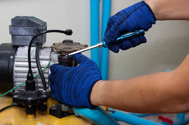 Ouvrier ingénieur maintenance réparation valeur de la pompe à eau Photo Premium
