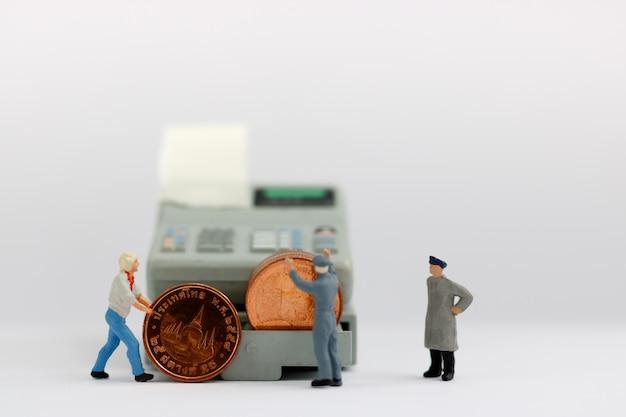 Ouvrier Miniature Avec Pile De Pièces. Photo Premium