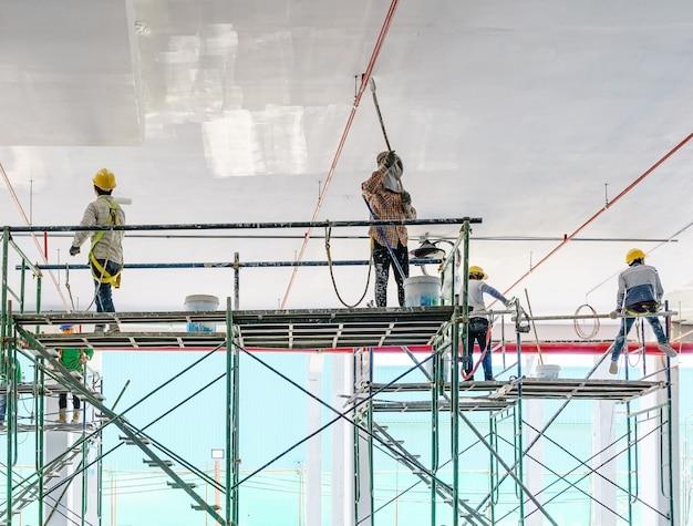 Ouvrier, peindre, gypse, plâtre, plafond, rouleau peinture, échafaud Photo Premium
