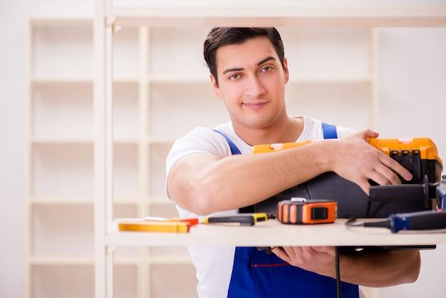 Ouvrier, réparation, assembler, étagère Photo Premium