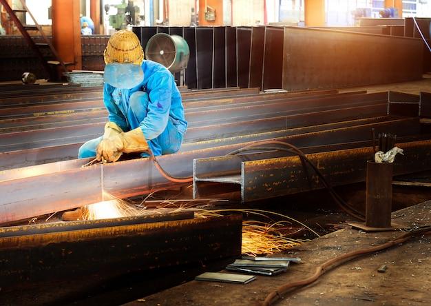 Ouvriers coupant l'acier Photo Premium